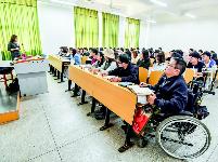 新疆高位截瘫学子来汉求学 学校师生无微不至悉心关爱