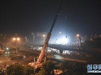 无锡一高架桥桥面倒塌 三辆小车被压 现场救援