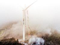 云台荒风电场首台风机完成吊装