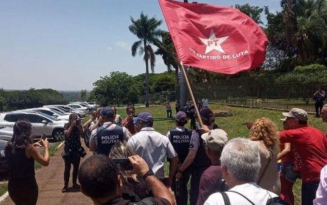 """瓜伊多一伙支持者""""入侵""""委内瑞拉驻巴西大使馆"""