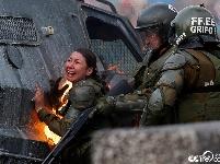 智利抗议活动持续 防暴警察遭袭身上着火