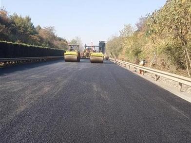 10秒吸干水,行车不发飘!湖北高速首次使用排水沥青路面