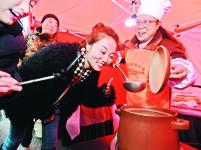 """400余中外选手同煨排骨藕汤,煨汤擂台赛让市民体验""""老武汉的味道"""""""