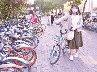 上下班 走单骑 都市白领热骑共享单车