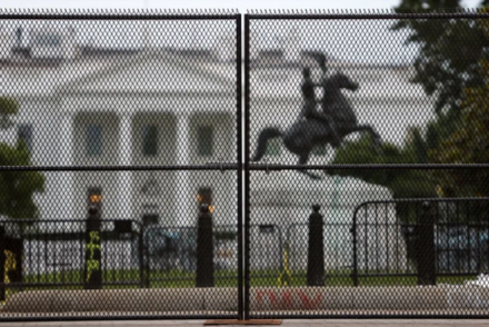 特朗普称华盛顿地球上最安全 同天白宫加装两米围栏