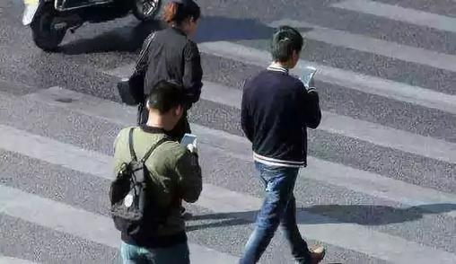 日本大和市欲定边走路边看手机违法