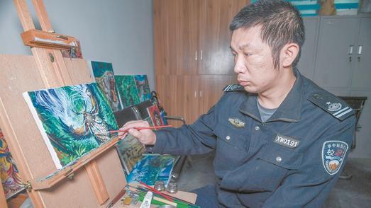 大学保安在保安室支起画架 通宵自学绘画