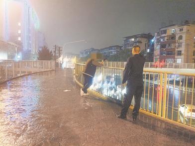 小伙雨夜欲跳桥轻生 消防员耐心劝导让他回头