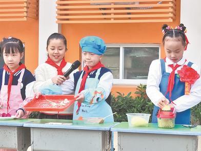 小学将劳动教育融入升旗仪式