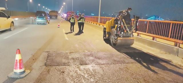 白沙洲大桥桥面破损 交警联系施工单位连夜整修