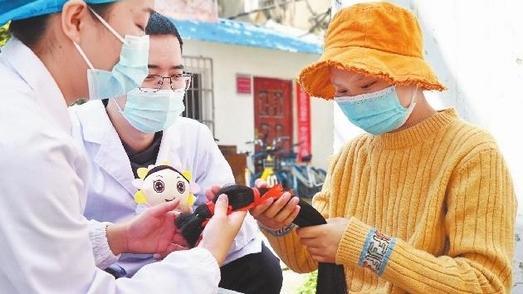 江城女孩捐出长发温暖白血病患者