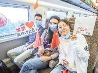 """""""坐着高铁看中国""""首日驶向英雄之城"""