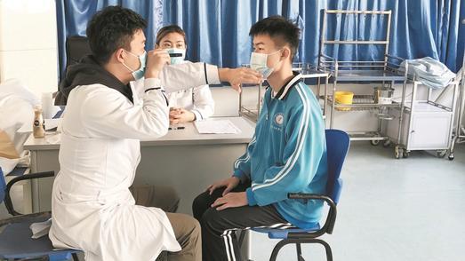 海军招飞报考人数今年大增 初检首日武汉200余学生参与