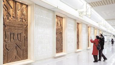 江城地铁站铜质壁画展荆楚风韵