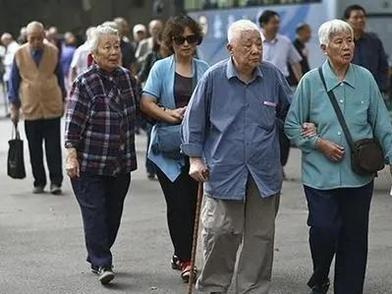 """延迟退休真的来了!你准备好""""慢慢变老""""了吗?"""