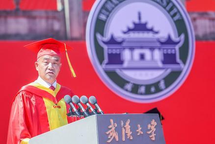 超燃!武漢大學舉行萬人畢業典禮,校長竇賢康院士獻唱