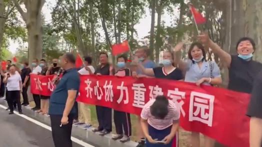 谢谢鄂的援手相助!郑州市民欢送武汉驰援郑州救灾保电队