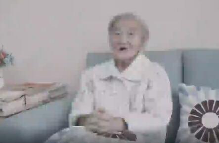 这位奶奶已认不得人,却始终忘不了让你吃瓜