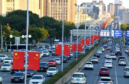 武汉三镇国旗飘扬  节日气氛渐浓